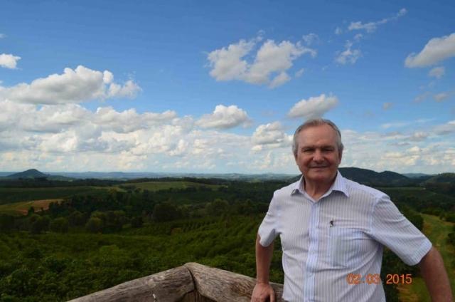 Plantacja kawy wBrazylii – Jose Francisco Pereira, członek zarządu Brazil Specialty Coffee Association, natle plantacji.