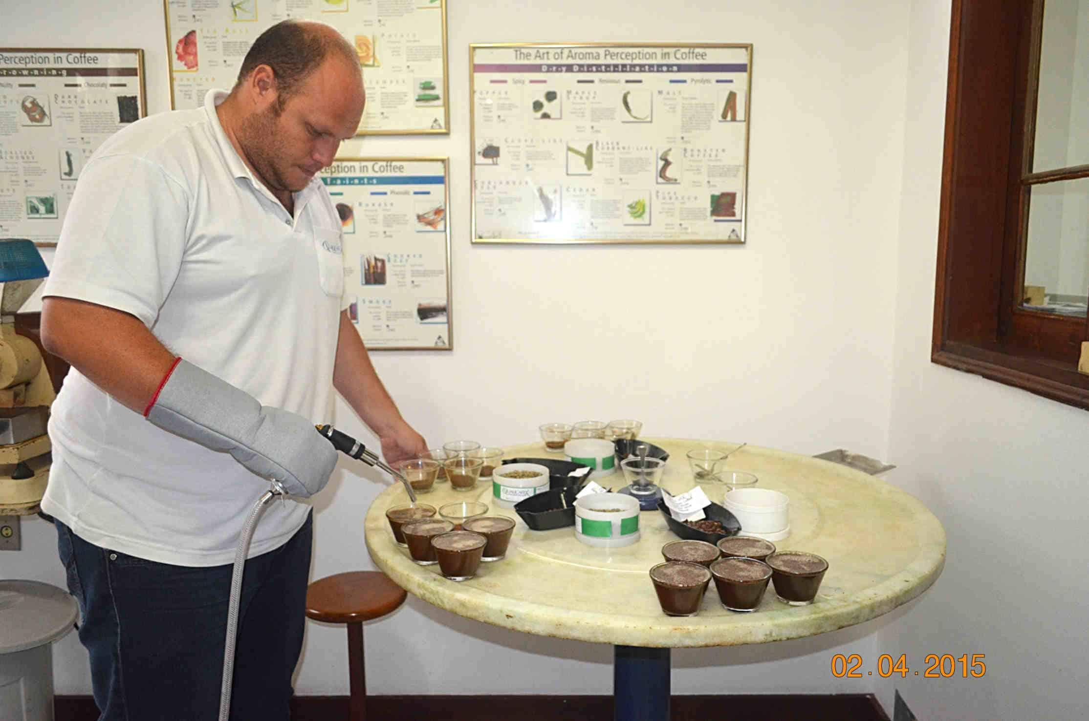 Cupping wBrazylii – Przygotowania docuppingu wfirmie Qualicafex wEspirito Santo doPinhal, gdzie nasz pracownik odbył szkolenie zzakresu gradingu icupppingu.