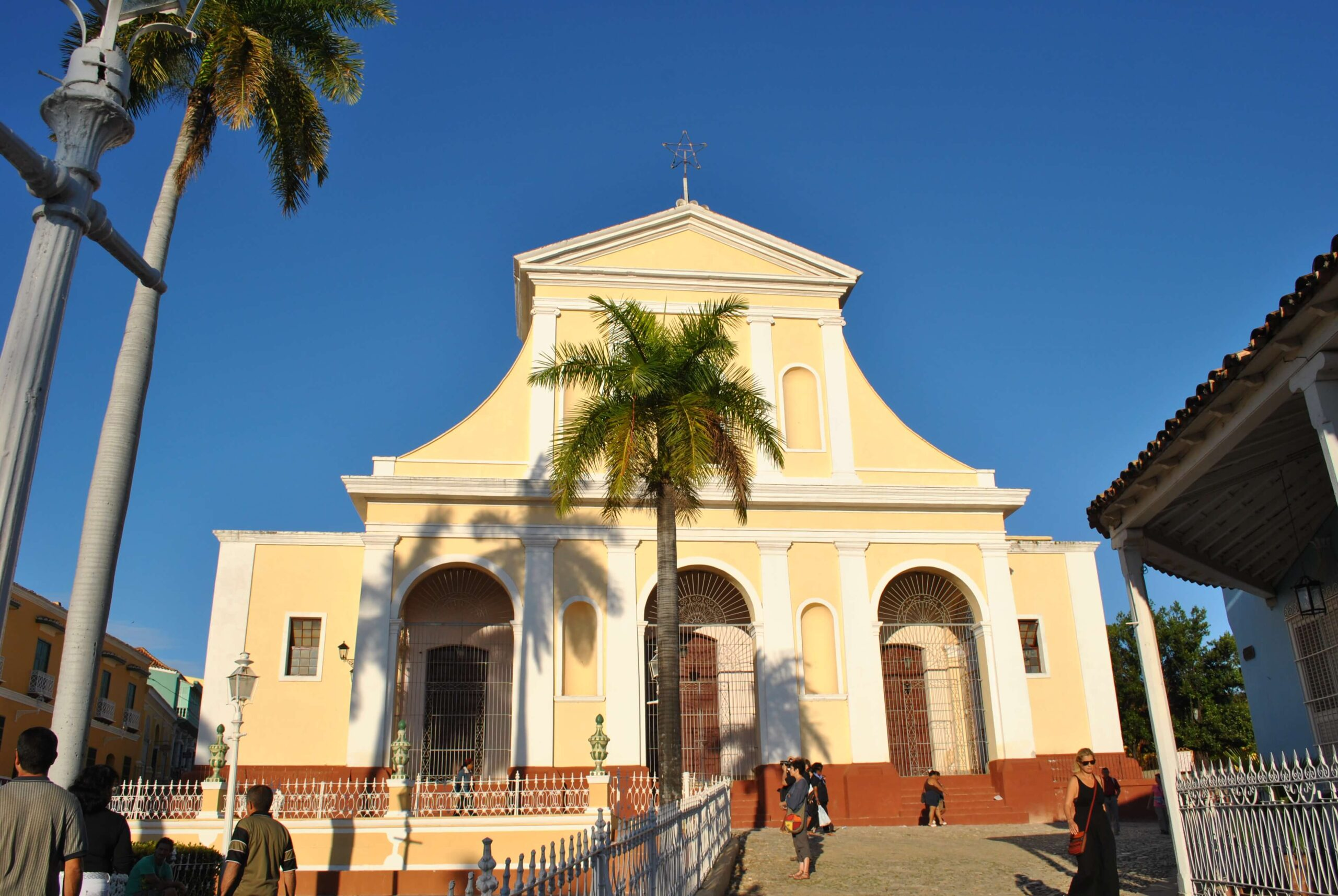 Trynidad – miasteczko pełne niskich, kolorowych domków ibrukowanych uliczek, którymi co jakiś czas przejeżdżają konno kubańscy campesinos wcharakterystycznych kowbojskich kapeluszach.